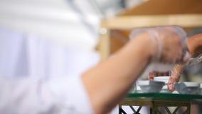 Sluit omhoog mening van kelners dienende platen met canape en voorgerechten stock footage