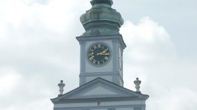 Sluit omhoog mening van klok op stadhuistoren in de zomerdag, bewegen de wolken zich stock videobeelden