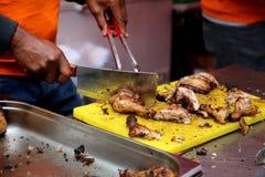 Sluit omhoog mening van knipsel geroosterde kip door chef-kok stock foto's
