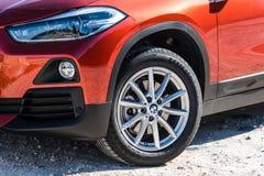 Sluit omhoog mening van koplamp en band van BMW X2 royalty-vrije stock afbeelding