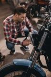 sluit omhoog mening van koplamp van klassieke motorfiets in workshop royalty-vrije stock foto's