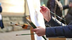 Sluit omhoog mening van kunstenaar het schilderen proces stock footage