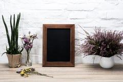 sluit omhoog mening van lege van de fotokader en lavendel bloemen in vaas royalty-vrije stock foto