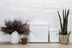 sluit omhoog mening van lege fotokaders en bloemen Stock Fotografie
