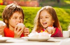 Sluit omhoog mening van leuke kinderen met cupcakes Royalty-vrije Stock Afbeelding