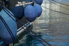 Sluit omhoog mening van luxemotorboot met stootkussens op kalm water dat in de jachthaven wordt geparkeerd stock afbeeldingen