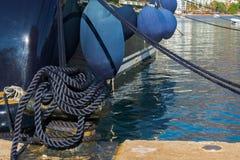 Sluit omhoog mening van luxemotorboot met stootkussens op kalm water dat in de jachthaven wordt geparkeerd royalty-vrije stock foto