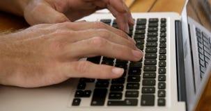 Sluit omhoog mening van mannelijke handen typend op laptop stock footage