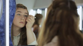 Sluit omhoog mening van modelschool en wijfje die omhoog maken stock videobeelden