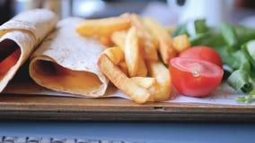 Sluit omhoog mening van omslagen met aardappelgebraden gerechten stock footage