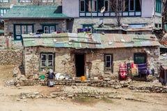 Sluit omhoog mening van oud huis in Namche-Bazaar stock afbeeldingen