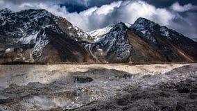 Sluit omhoog mening van over Khumbu-Gletsjer en Kongma-de pas van La op de achtergrond stock fotografie