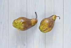 Sluit omhoog mening van peren op blauwe sjofele houten achtergrond Royalty-vrije Stock Foto's