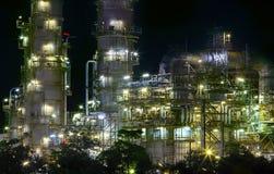 Sluit omhoog mening van raffinaderijolieplant in het gebruik van het zware industrielandgoed Stock Afbeeldingen