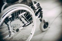 Sluit omhoog mening van rolstoel met persoon openlucht royalty-vrije stock afbeelding