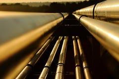 Sluit omhoog mening van staal gouden pijpen in raffinaderij Royalty-vrije Stock Foto