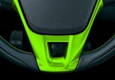 Sluit omhoog mening van stuurwiel met het groene stikken, het Zwarte binnenlandse ontwerp van de leerauto Auto binnenlandse detai royalty-vrije stock afbeelding
