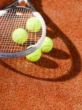 Sluit omhoog mening van tennisracket en ballen Royalty-vrije Stock Foto