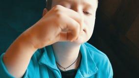 Sluit omhoog mening van tiener` s mond Een jongen met een eetlust eet frieten in een snel voedselrestaurant stock video