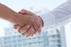 Sluit omhoog mening van twee bedrijfsmensen die handen schudden stock fotografie