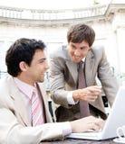 Bedrijfs mensen die in koffie samenkomen. Royalty-vrije Stock Foto