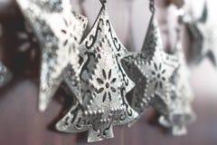 Sluit omhoog mening van uitstekende zilveren Kerstboomdecoratie stock foto