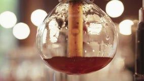 Sluit omhoog mening van vacuümkoffiezetapparaat, in een proces om sterke koffie te brouwen: het water kookt en giet koffie in stock videobeelden