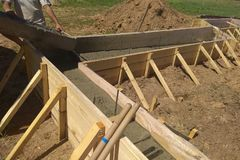 sluit omhoog mening van versterking van beton met metaalstaven door draad worden aangesloten die stock foto