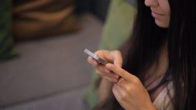 Sluit omhoog mening van vrouw het werken met celtelefoon stock footage