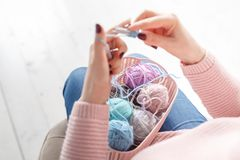 Sluit omhoog mening van vrouwelijke hand met kleurenclew, die concept breien royalty-vrije stock afbeelding