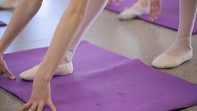 Sluit omhoog mening van vrouwen die uitrekkende oefeningen in modelschool doen stock video