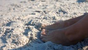 Sluit omhoog mening van vrouwenvoet op zand stock footage