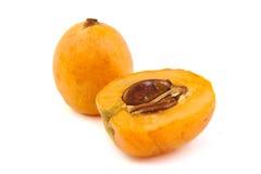 Sluit omhoog mening van wat loquatfruit op een wit Royalty-vrije Stock Afbeeldingen