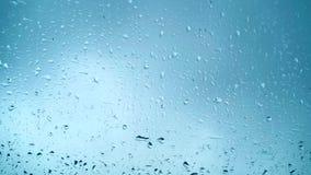 Sluit omhoog mening van waterdalingen die op glas vallen Regen afname op venster Regenachtig seizoen, de herfst Regendruppelsdrup stock video