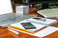 Sluit omhoog mening van werkend bureau, vage achtergrond stock afbeelding