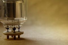 Sluit omhoog mening van wijnoogst radiolamp op het kraftpapier-document met zachte nadruk op de achtergrond kleurenwijziging in w Royalty-vrije Stock Fotografie