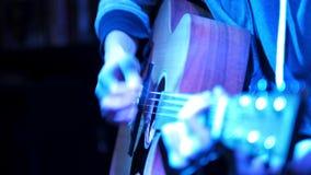 Sluit omhoog menings og gitaar - de acustic gitaar van musicusspelen op rotsoverleg stock footage