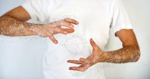 Sluit omhoog Menselijke Hand met het Effect van de Waterplons Stock Afbeeldingen