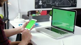 Sluit omhoog mensenhanden houdend slimme telefoon met het groene scherm Twee in: 1 Sluit omhoog mannelijke handen scrollend beeld stock videobeelden