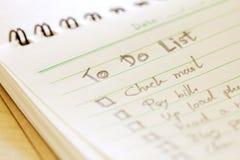 Sluit omhoog Met de hand geschreven om lijstplan in klein notaboek te doen royalty-vrije stock foto