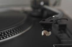Sluit omhoog met hoofd en naald van een Hifi stereodraaischijfspeler Stock Afbeeldingen