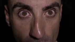 Sluit omhoog met ogen van mens die wijd en verraste uitdrukking openen de tonen - stock footage