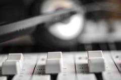 Sluit omhoog met schuifniveau van een digitale draagbare correcte mixer Stock Foto