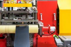 Sluit omhoog metaalblad op rol en vorm matrijs tijdens voer aan geavanceerd technische en precisie automatische pers of het vorme stock afbeelding