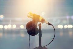 Sluit omhoog microfoon en hoofdtelefoon voor omroeper in het in dozen doen van stadion royalty-vrije stock foto's