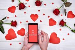 Sluit omhoog mobiele slimme telefoon met teken is mijn valentijnskaart in vrouw h royalty-vrije stock foto's