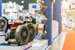 Sluit omhoog modern en geavanceerd technisch van industriële centrifugaaldraaikolk of drukventilator met motor op lijst stock foto