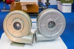 Sluit omhoog modern en geavanceerd technisch van industri?le centrifugaaldraaikolk of drukventilator met motor op lijst stock foto's