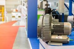 Sluit omhoog modern en geavanceerd technisch van industri?le centrifugaaldraaikolk of drukventilator met motor op lijst royalty-vrije stock afbeelding