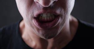 Sluit omhoog mond van het boze mens gillen Gevaarsgeweld 4K 10 beetje stock video